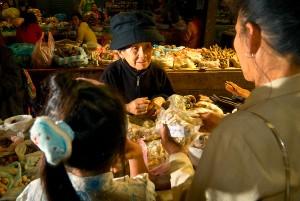 Farmacista itinerante di etnia Hmong. Mercato di Phonsavan, Laos, 2008