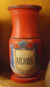 """La """"Mumia"""" è un altro caratteristico esempio di utilizzo di parti di cadavere nella galenica ufficiale del XVIII sec. Deutschen Apothekenmuseum di Heidelberg"""